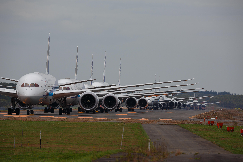 滑走路に駐機する飛行機