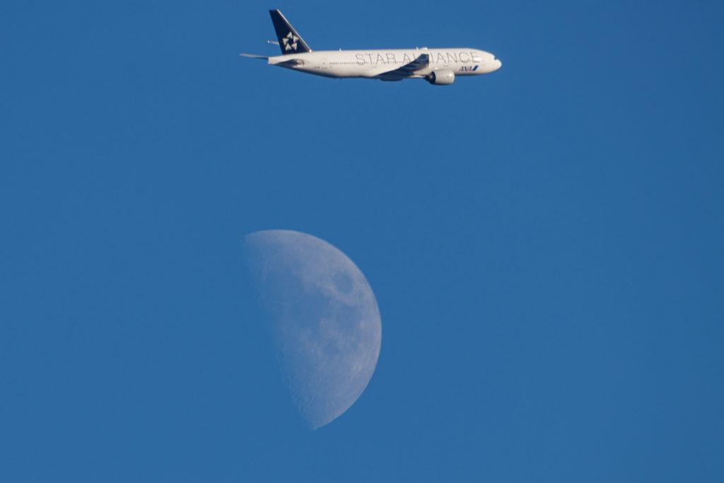 月の上を通る飛行機