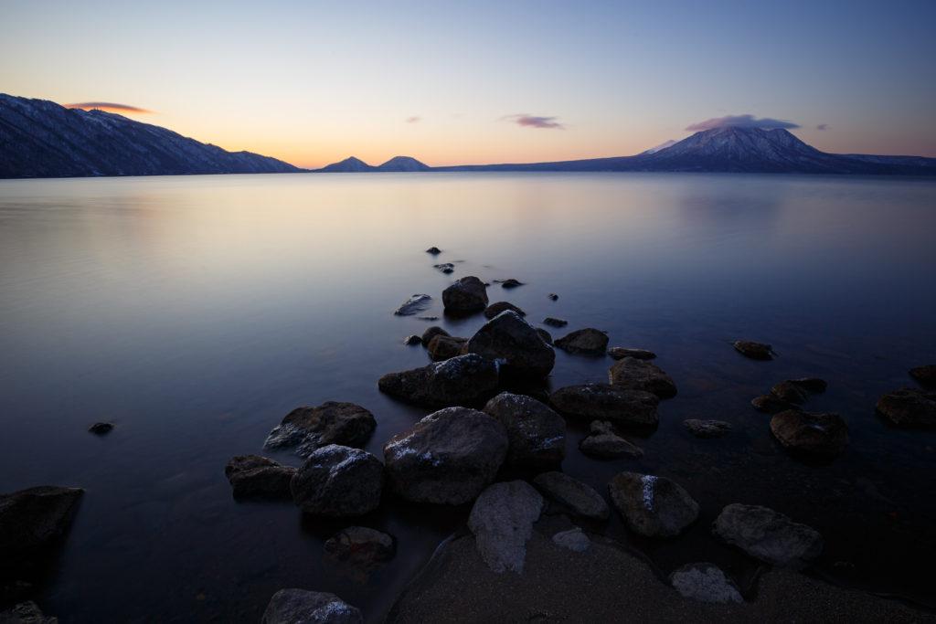 朝焼けの支笏湖